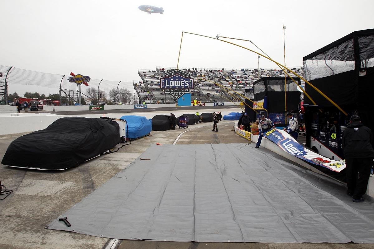 MARTINSVILLE RACE POSTPONED TO MONDAY